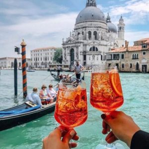 The Bacari are the typical Venetian bars where you will find young and old who talk, laugh and comment on the day between a glass of wine and a drink.