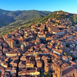 Located between Florence and Rome, Cortona is a city easy to love thanks to its timeless atmosphere, its Etruscan past, the delightful medieval old town