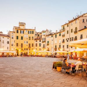 Visit Lucca with a private tourist guide who will accompany you to discover this historic Tuscan city and rich in thermal springs, natural parks
